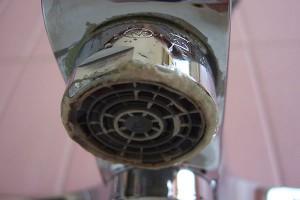 come pulire la doccia eliminando il calcare